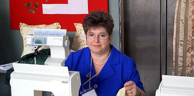 Monika Tschernoch an der Nähmaschine im Berlin-Steglitzer Nähladen